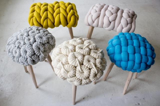 Stołki wydziergane na drutach
